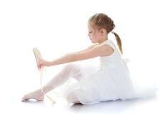 Uroczy mała dziewczynka akrobata, balerina w bielu lub zdjęcia royalty free