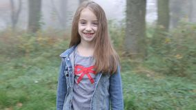 Uroczy mała dziewczynka tokarzi wokoło, uśmiechy w kamerze i zbiory wideo