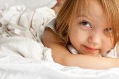 Uroczy małej dziewczynki kłaść obraz royalty free