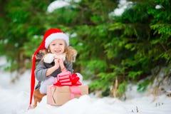 Uroczy mały gnom z Bożenarodzeniowego pudełka prezentem w zimie outdoors na Xmas wigilii Zdjęcie Royalty Free