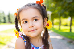 Uroczy mały kazach, azjatykcia dziecko dziewczyna na lato zieleni natury tle Zdjęcie Stock