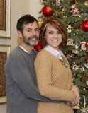 Uroczy pary obejmowanie przy bożymi narodzeniami Fotografia Stock