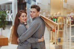 Uroczy potomstwa dobierają się zakupy przy centrum handlowym wpólnie obraz royalty free