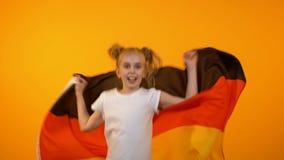 Uroczy preteen dziewczyny doskakiwanie z niemiec flagi dopingiem dla ulubionej sport drużyny zbiory