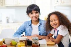Uroczy rodzinny mieć śniadanie Fotografia Stock