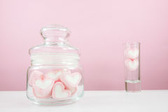 Uroczy różowi kierowi marshmallows w małym szklanym słoju Zdjęcia Royalty Free