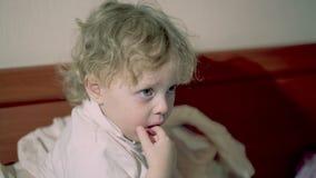 Uroczy rozważny małe dziecko zbiory wideo