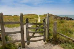 Uroczy spacer chociaż stara drewniana brama obrazy royalty free