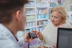 Uroczy starszy kobieta zakupy przy aptek? fotografia royalty free