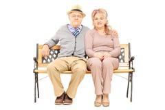 Uroczy starszy pary obsiadanie na ławce Zdjęcia Stock