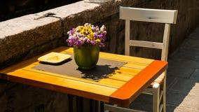 Uroczy stolik do kawy z kwiatami od Wenecja Fotografia Royalty Free
