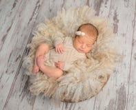 Uroczy sypialny nowonarodzony dziecko w trykotowym kombinezonie w koszu zdjęcie stock