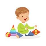 Uroczy szczęśliwy chłopiec obsiadanie na podłoga bawić się z zabawkami, kolorowa charakteru wektoru ilustracja Zdjęcie Stock