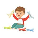 Uroczy szczęśliwy chłopiec obsiadanie na podłoga bawić się z zabawkarskimi samolotami, kolorowa charakteru wektoru ilustracja Obraz Royalty Free