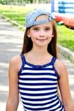 Uroczy szczęśliwy uśmiechnięty małej dziewczynki dziecko z deskorolka outdoo obraz stock