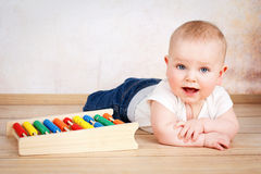 Uroczy uśmiechnięty chłopiec czołganie na podłoga Obraz Stock