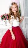Uroczy uśmiechnięty małej dziewczynki dziecko w princess sukni fotografia stock