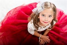 Uroczy uśmiechnięty małej dziewczynki dziecko w princess sukni zdjęcie royalty free