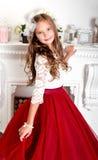 Uroczy uśmiechnięty małej dziewczynki dziecko w princess sukni zdjęcie stock