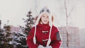 Uroczy zakończenie portret śliczna mała Kaukaska dziewczyna w zimy miotania odzieżowym śniegu w lotniczym mieć zabawy zwolnione t zbiory