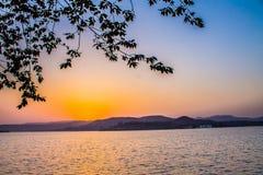 Uroczy zmierzchu słońca światło - pomarańczowa colour góra zdjęcia stock
