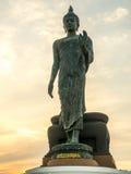 Uroczysta chodząca Buddha statua z ciepłym brzmieniem zdjęcia stock