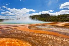 Uroczysta Graniastosłupowa wiosna, Midway gejzeru basen, Yellowstone park narodowy fotografia stock