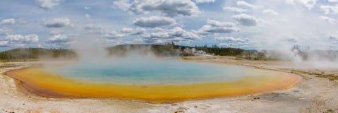 Uroczysta Graniastosłupowa wiosny Yellowstone parka narodowego panorama Obrazy Royalty Free