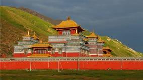 Uroczysta i wspaniała nowa Gerisi świątynia na Tybetańskim plateau Zdjęcia Stock