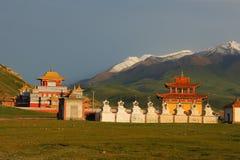 Uroczysta i wspaniała nowa Gerisi świątynia na Tybetańskim plateau z śnieżnymi górami na tle, Fotografia Stock