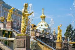 Uroczysta kaskada fontanny Peterhof pałac, St Petersburg, Rosja obrazy royalty free