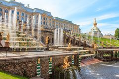 Uroczysta kaskada Przy Peterhof pałac, St Petersburg, Rosja Zdjęcia Royalty Free