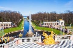 Uroczysta kaskada w Peterhof pałac, Petersburg, ROSJA Lar Zdjęcia Royalty Free