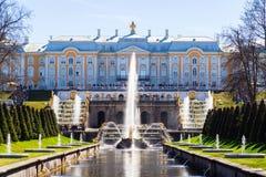 Uroczysta kaskada w Peterhof pałac, Petersburg, ROSJA Lar Zdjęcie Royalty Free