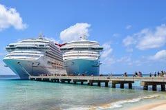 Uroczysta turczynka, turczynki i Caicos wyspy, - Kwiecień 03 2014: Karnawałowi statki wycieczkowi cumująca strona popiera kogoś w Obrazy Royalty Free