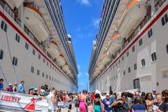 Uroczysta turczynka, turczynki i Caicos wyspy, - Kwiecień 03 2014: Pasażery od Karnawałowych swobody i karnawału zwycięstwa statk Zdjęcie Royalty Free