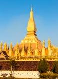 Uroczysta Złota pagoda z niebieskim niebem przed zmierzchem Zdjęcia Royalty Free