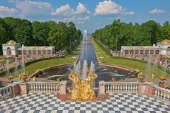 Uroczyste Kaskadowe fontanny Peterhof Zdjęcia Stock