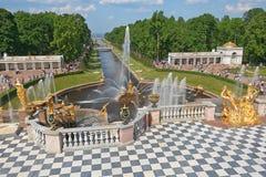 Uroczyste Kaskadowe fontanny Peterhof Obrazy Royalty Free