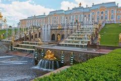 Uroczyste Kaskadowe fontanny Peterhof Obraz Royalty Free