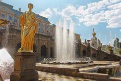 Uroczyste Kaskadowe fontanny Peterhof Zdjęcie Royalty Free