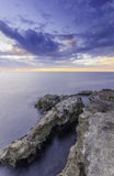 Uroczyste majestatyczne skały na brzeg silky oceanie Zdjęcia Stock