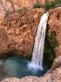 Uroczystego jaru turkusowa siklawa Mooney Spada w Arizona obraz stock