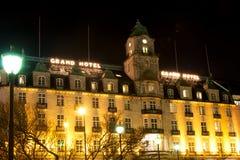 Uroczysty hotel w Oslo Norwegia przy zimy nocą obrazy stock