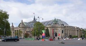 Uroczysty pałac na Winston Churchill alei Poruszający ludzie i tran Zdjęcia Royalty Free
