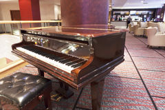 Uroczysty pianino przy hotelowego baru terenem Zdjęcia Royalty Free