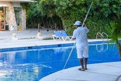 Uroczysty Sirenis hotel & zdrój, Riviera majowie, Meksyk, GRUDZIEŃ 24, 2017 - mężczyzna, personel czyści basenu przy tropikalnym  Zdjęcie Stock