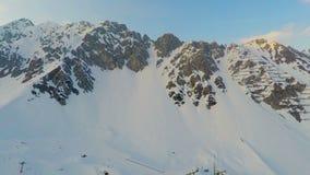 Uroczysty skalisty pasmo górskie zakrywający z śniegiem, lawinowy niebezpieczeństwo, ryzykowna wyprawa zbiory wideo