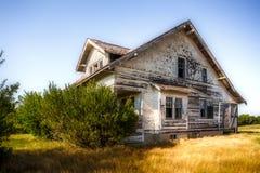 Uroczysty stary dwa opowieści dom w zbutwiałym warunku fotografia stock