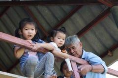 Uroczysty tata i dzieci zdjęcia royalty free
